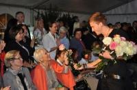 Benjamin verteilte charmant Blumen (Foto R.Sudy)