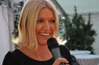 Helga Kresnik moderiert ihre Show (Foto R.Sudy)