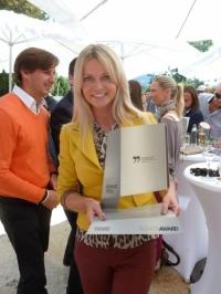manuela-jocher-mit-ihrem-fashion-award-foto-h-grager