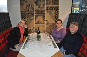 Renate und Walter im Gespräch mit Hedi Grager (Foto Sudy)