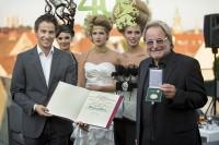 Kurt Hohensinner übergibt Gerhard Mayer das goldene Ehrenzeichen der Stadt Graz (Foto Christian Jungwirth)