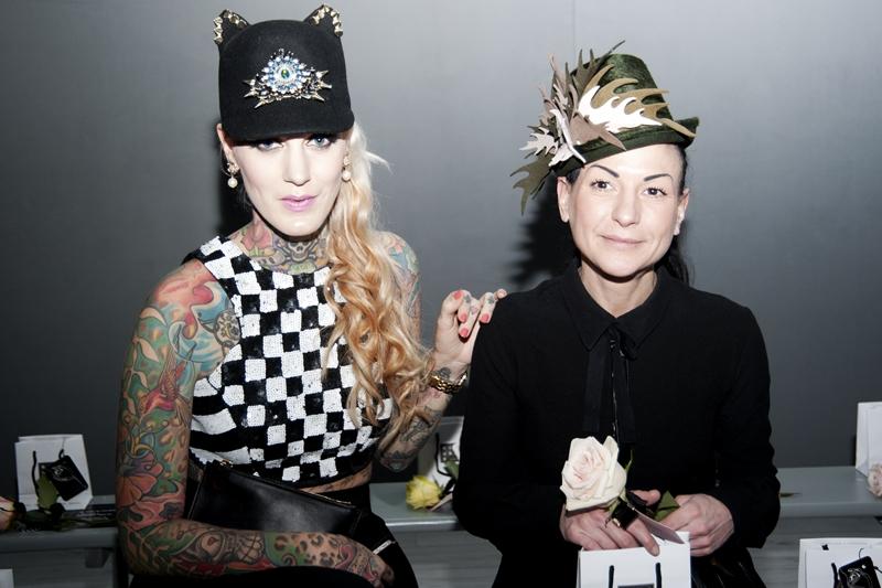 """Lexy Hell mit ihrer Freundin, der Hut-Designerin Sneshina Petrov """"Sahnehäubchen"""" (Foto Eva Maria Guggenberger)"""