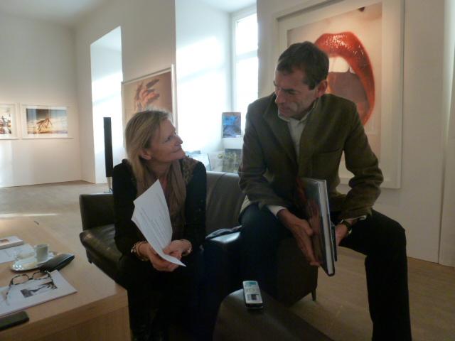 Hedi Grager im Gespräch mit Fotograf Christian Jungwirth in seinem Atelier in Graz (Foto Reinhard Sudy)