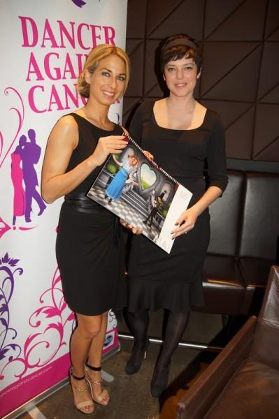 """Yvonne Rueff mit Model Anja Platzer bei der Präsentation des Kalenders """"Dancer against Cancer"""""""