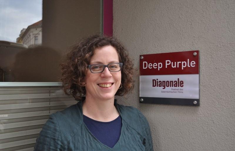 Barbara Pichler vor dem Eingang der Büroräume (Foto Reinhard Sudy)