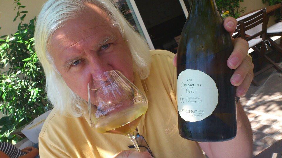 Henry Sams bei seiner Lieblingsbeschäftigung: beim Wein verkosten (Foto steiermarkwein.at)