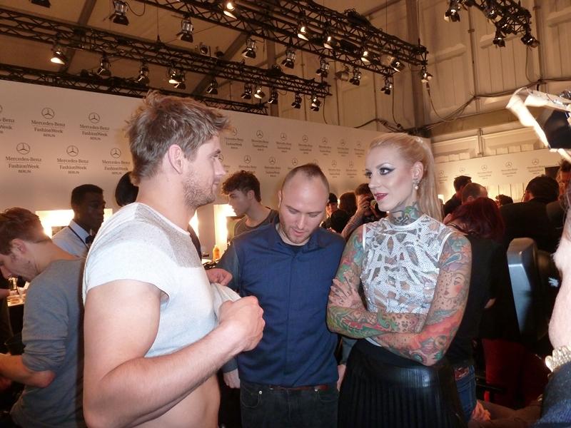 Designer Marc Stone und Tattoomodel Lexy Hell begutachten den Sixpack von Schauspieler Steve Windolf, der auch für Marc lief (Foto Hedi Grager)