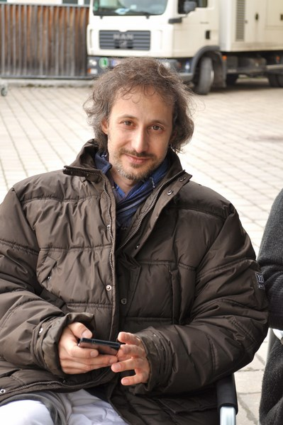 Michael Ostrowski checkt während einer Drehpause seine Mails (Foto Reinhard Sudy)