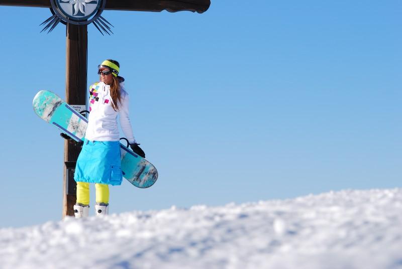 """Simone Ober schnitt ihre Snowboard-Hose wegen eines Brandlochs einfach ab, machte daraus einen Rock und zog darunter eine enge Steghose an - der """"Schneerock"""" war geboren (Foto CHIXNGRAVY)"""