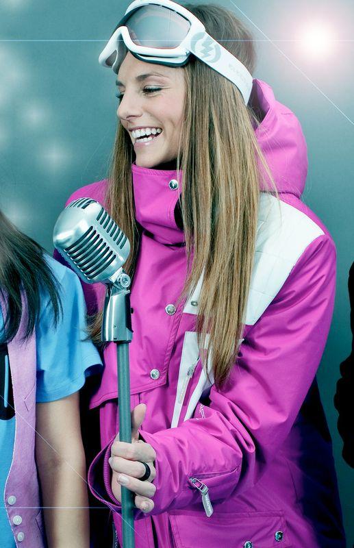 Die attraktive und vielseitige Designerin Simone Ober moderiert auch Ski Events über kitzski.at (Foto CHIXNGRAVY)