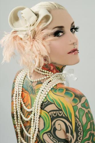 """Das international erfolgreiche Tattoomodel Lexy Hell - hier behütet mit einem """"Sahnehäubchen"""" - schreibt über """"Mein wildes Leben zwischen Laufsteg und Swingerclub"""" (Foto Bjelotschka)"""