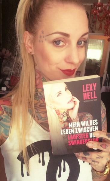 """Lexy Hell mit ihrem Buch """"Mein wildes Leben zwischen Laufsteg und Swingerclub, erschienen bei Eden Books"""