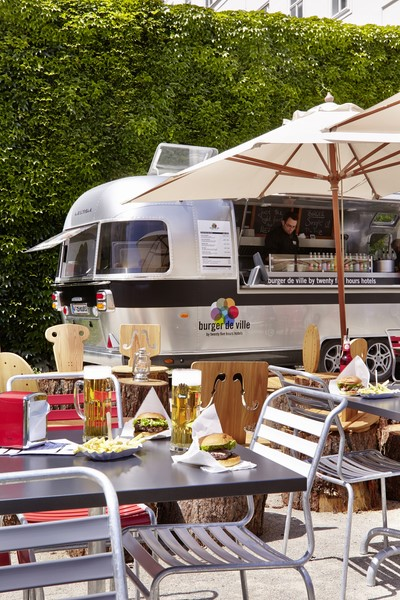 Wiener Tradition, italienischer Geschmack und kalifornische Gelassenheit an einem Tisch: Burger de Ville (Foto 25hours Hotel)