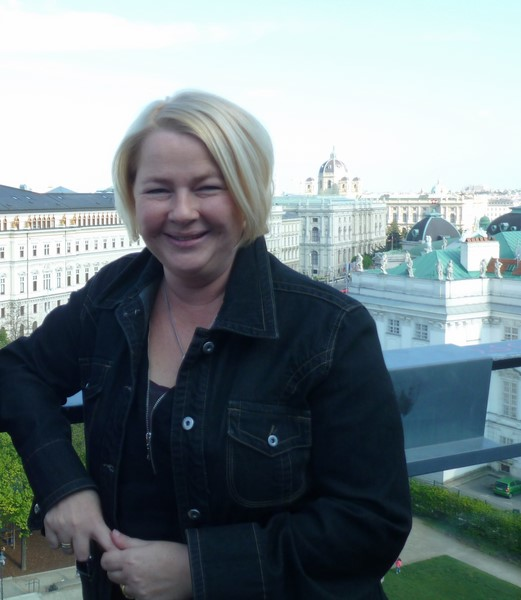 Direktorin Fanny Holzer-Luschnig genießt die wunderbare Aussicht der Dachterrasse ihres 25hour Hotels (Foto Reinhard Sudy)