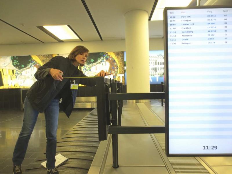 """Maria Gruber bei den Vorbereitungen für den Film """"Lost & Found"""" am Flughafen Wien (Foto Gruber)"""