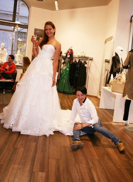 Star Designer La Hong im GIOIA mit einer seiner wundervollen Roben (Foto Christina Dow)