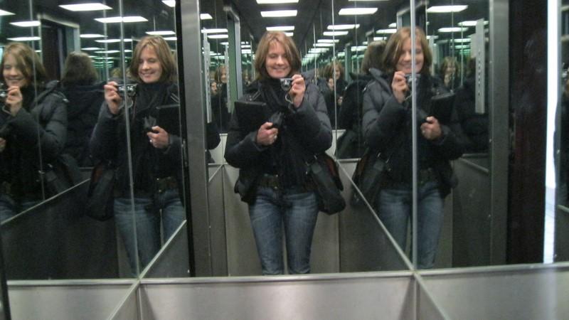 Maria Gruber bei den Vorbereitungen für einen Film:  Motiv Hotellift (Foto Gruber)