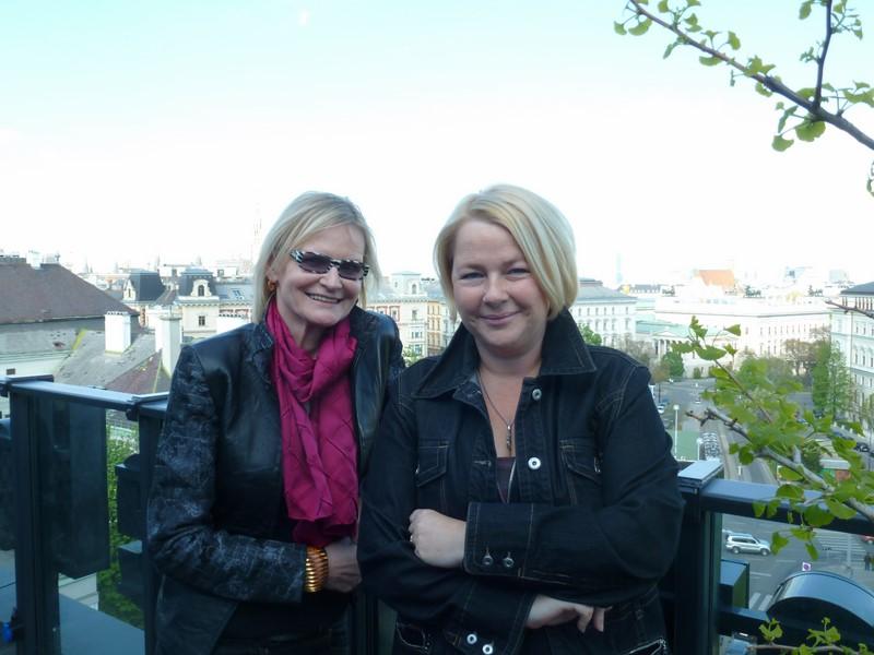 Hedi Grager mit Fanny Holzer-Luschnig, der Direktorin des 25hours Hotel Wien, am Dachboden des Hotels mit der wunderbaren Aussicht auf Wien (Foto Reinhard Sudy)