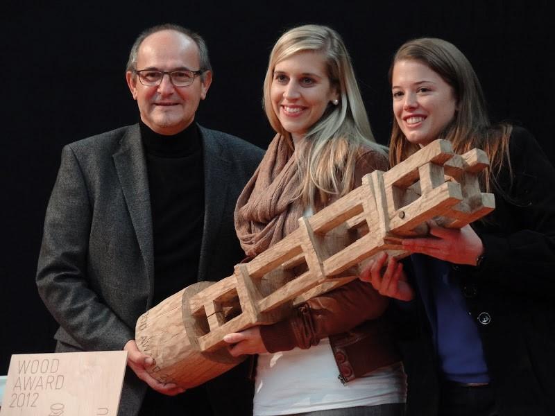 «NIǓ» WoodAward Sieger: Produzent Heinz Spychiger, Designerinnen Christine Urech und Simone Hölzl