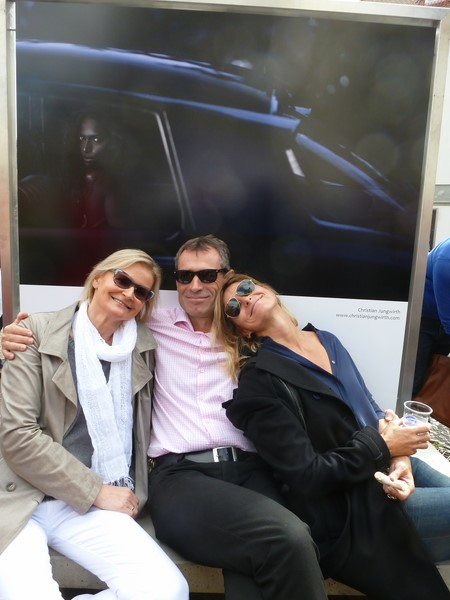 Christian Jungwirth entspannt vor seinem Foto mit Hedi Grager und Anne Marie Schullin-Legenstein (Foto Reinhard Sudy)