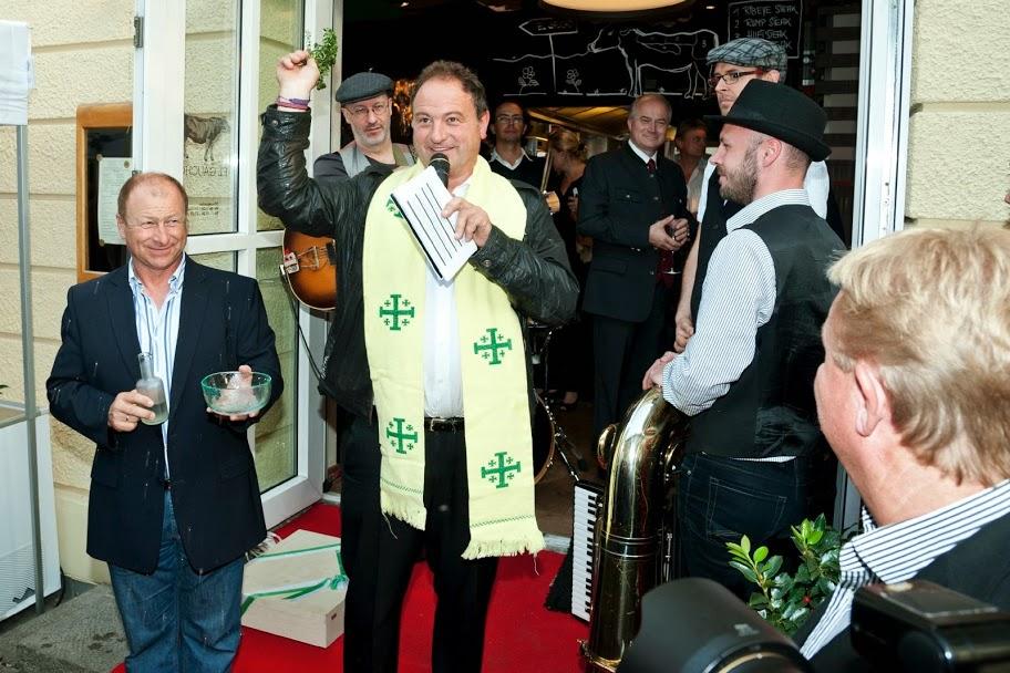 """Wiesn-Pfarrer Rainer-Maria Schießler segnete das neue """"el Gaucho"""" und Moderator Harry Prünster """"ministrierte"""" (Foto Werner Krug)"""