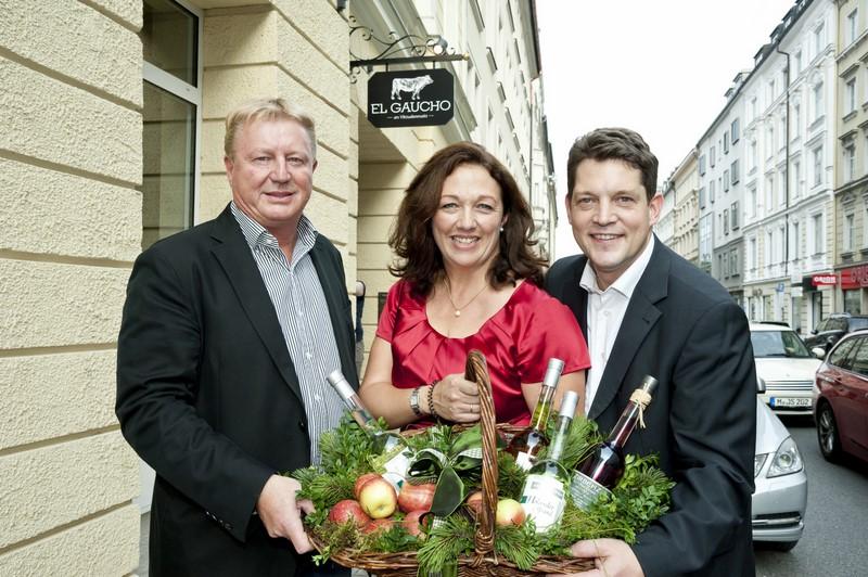 """Gastronom Franz Grossauer mit Shirley und Gerd Schmitz, die das Münchner """"el Gaucho"""" leiten (Foto Werner Krug)"""