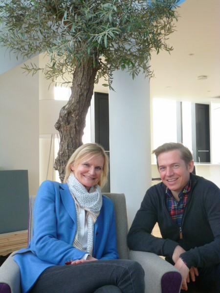 Designer Georg Öhler und Hedi Grager in seiner Londoner Wohnung (Foto Reinhard Sudy)
