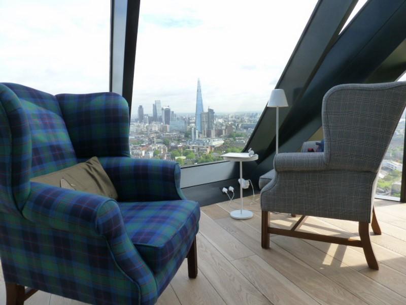 In seiner gemütlichen Wohnung mit berauschendem Ausblick im Strata Wohnturm im Londoner Southwark