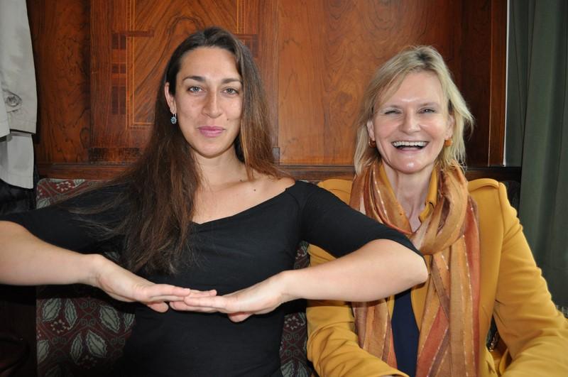 Solmaaz Adeli im Gespräch mit Hedi Grager - auch immer bereit für einen Spaß (Foto Reinhard Sudy)