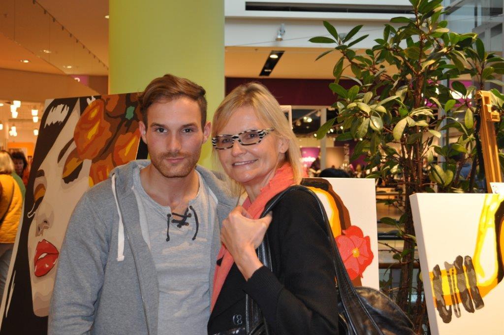 Michael Molterer, hier mit Hedi Grager, war Überraschungsgast im Grazer Shopping Center Nord (Foto Reinhard Sudy)