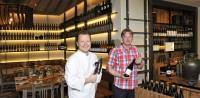 """Kochkünstler Gerhard Fuchs und Sommelier Christian Zach in ihrem neuen Lokal """"Die Weinbank"""" in Ehrenhausen"""