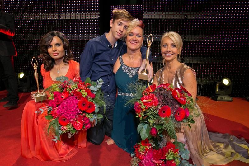 Standing Ovations für die britische Malerin Alison Lapper, die ohne Arme und mit verkürzten Beinen auf die Welt kam. Links Menschenrechtlerin Sabatina James, rechts Uschi Pöttler-Fellner (Foto Harald Klemm)
