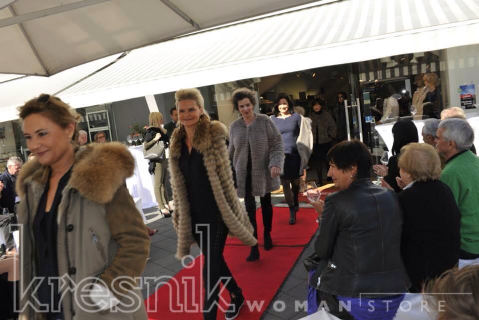Helga Kresnik ließ von ihren Kundinnen wundervolle Mäntel und Jacken präsentieren (Foto Josef Krassnig)