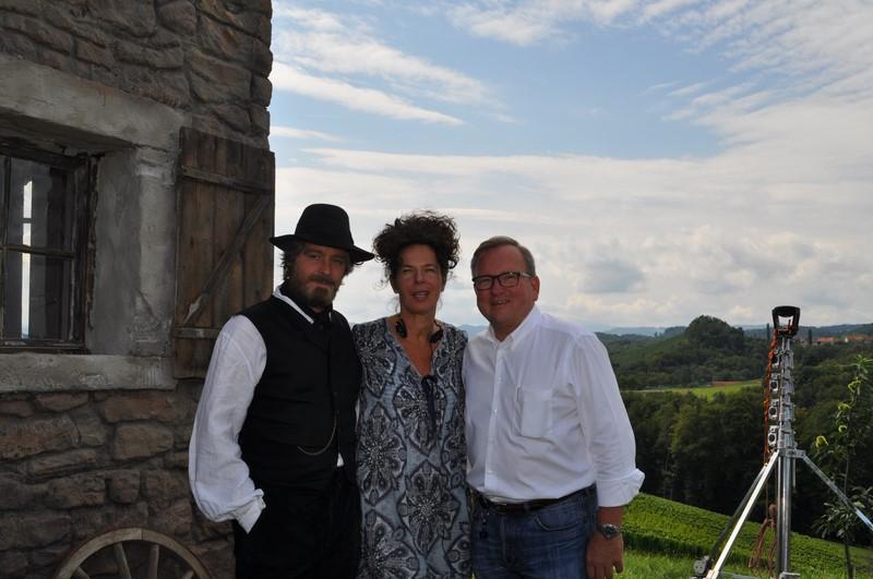 Bürgermeister Karl Wratschko umsorgte das Filmteam. Hier mit Schauspieler Fritz Karl und Regisseurin Franziska Buch (Foto Reinhard Sudy)