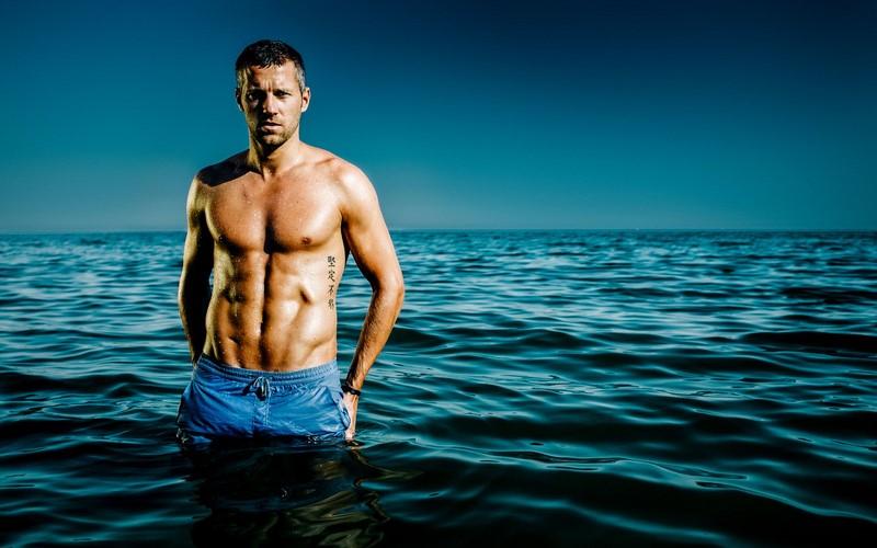 Mark wird mit seinen 1,83 m, seinem trainierten Body und seinen strahlend blauen Augen gerne als Model gebucht.