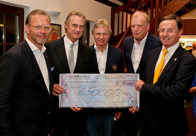 """Siegmund Birnstingl, erfolgreicher Organisator von """"Golfen mit Herz"""" österreichweit, und Michael Stöckl, Lions for Golfen mit Herz, bei der Scheckübergabe an Univ.Prof.Dr. Christian Urban (Foto GEPA)"""