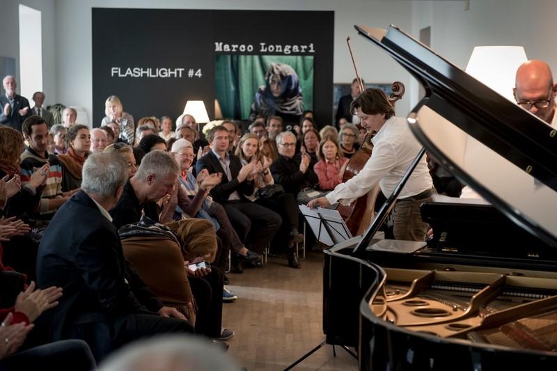 Friedrich Kleinhapl spielte seine Tangos inmitten der ergreifenden Fotos von Marco Longari, die noch kurze Zeit im Atelier Jungwirth ausgestellt sind (Foto Christian Jungwirth)