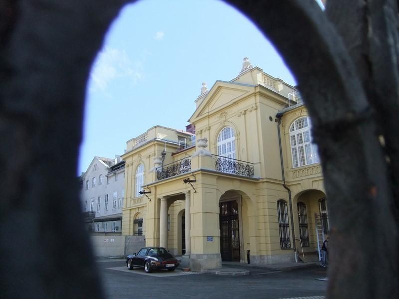 Das Palais Kottulinsky, in dem Teile der Universität, Wohnungen und die geschlossene Kottulinsky Bar untergebracht sind (Foto Reinhard Sudy)