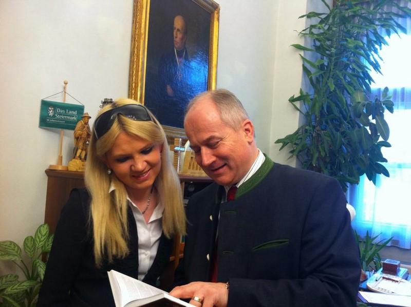 Christiane Baldauf berät sich mit LR Hans Seitinger.