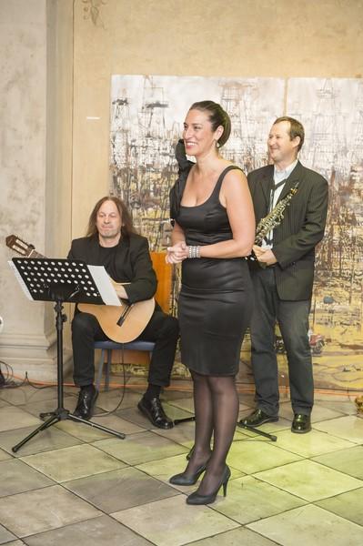 Der international erfolgreichen Mezzosopranistin Solmaaz Adeli bei der Ausstellungseröffnung von Wolfgang Uranitsch (Foto ÖVP-Klub)