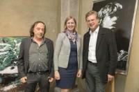 """Ausstellung """"Metal Spray Art"""" von Wolfgang Uranitsch, hier mit Klubobfrau Barbara Eibinger (Foto ÖVP-Klub)"""