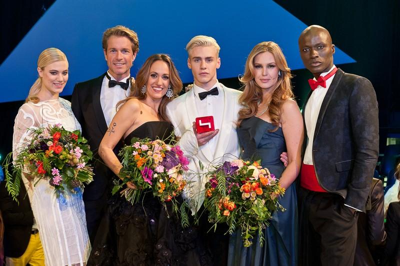 Model-Mentorin Larissa Marolt, Michael Urban, Bianca Schwarzjirg, Melanie Scheriau und Papis Loveday freuen sich mit ANTM-Gewinner Oliver ((c) Nick Albert)