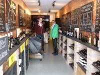 "Hedi Grager zu Besuch bei Peter Honeggers ""Nwecomer Wines"" im Londoner Shoreditch (Foto Reinhard Sudy)"