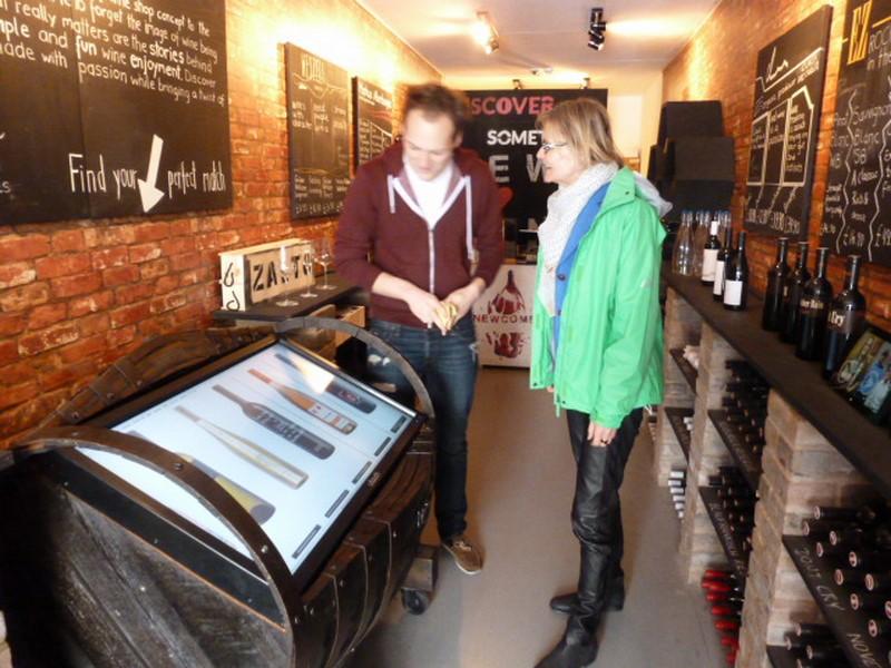 Via Touchscreen können sich seine Besucher über seine österreichischen Weine informieren (Foto Reinhard Sudy)