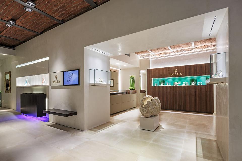 Glatte Stucco-Wände mit rauem Mauerwerk kontrastieren im neuen Grazer Rolex Store.