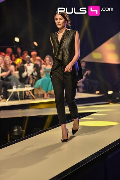 Die Tirolerin Sanela schaffte es, zur vierten Finalistin gewählt zu werden. Hier in Fashion von 'eigensinnig', der etwas 'anderen' Boutique am Wiener Sankt-Ulrichs-Platz.