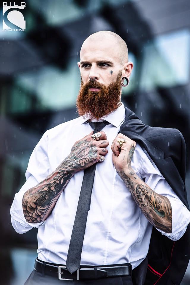 Mike als moderner Mann, der Tattoos und einen Anzug von Boss trägt (Foto Marija Kanizaj BILDSYMPHONIE)