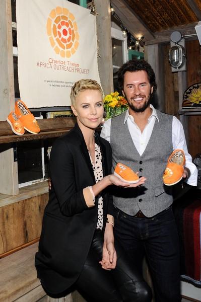 Auch Schauspielerin Charlize Theron ist von Blake Mycoskie's Hilfs-Projekten begeistert.