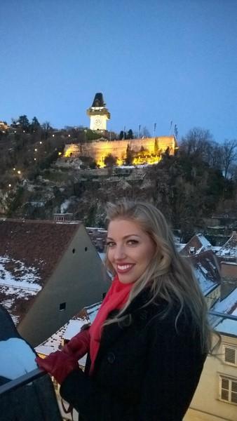 """Vom Cafe """"Freiblick"""" genießt Dalal den wundervollen Blick auf den Grazer Uhrturm (Foto Hedi Grager)."""