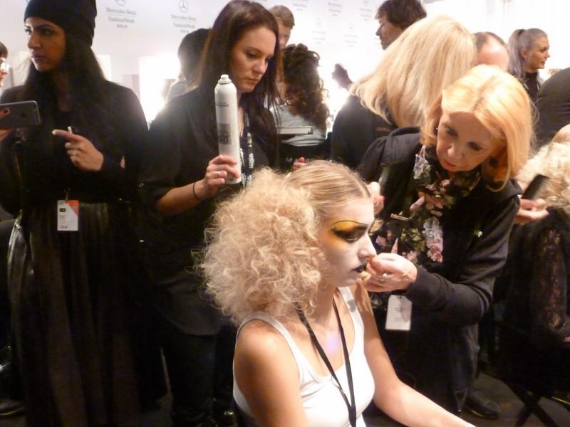 Die Models wurden für die Show von Rebekka Ruetz backstage in Szene gesetzt (Foto Hedi Grager)
